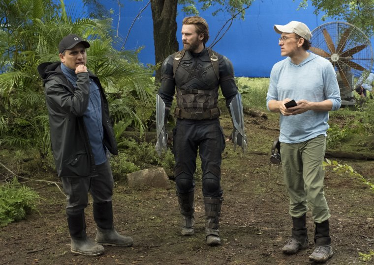 Joe Russo, Chris Evans et Anthony Russo sur le tournage d'Avengers : Infinity War
