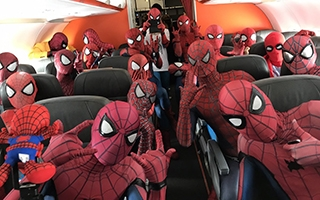 Des fans de Spider-Man inaugurent un avion Spider-Man : Homecoming au Japon
