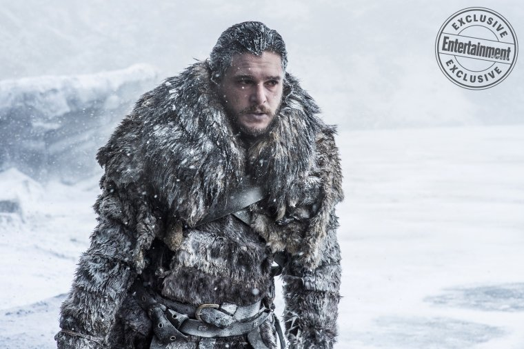 "Game of Thrones - Kit Harington (Jon Snow) se bat contre les éléments sur le tournage de l'épisode ""Beyond The Wall"""