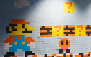 Les murs d'un bureau recouvert de post-it en mode Super Mario