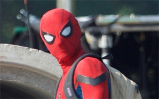 Premières photos de Tom Holland en costume sur le tournage de Spider-Man : Homecoming